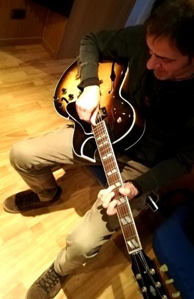 Gege con la sua chitarra jazz