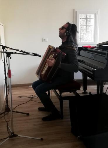 Max alla fisarmonica, nel suo Studio